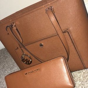 Used & well taken care of Micheal Kors purse.